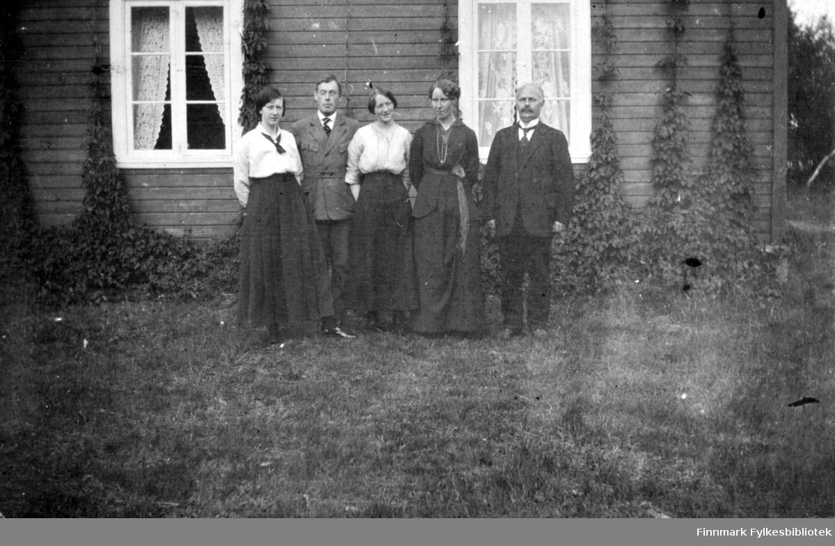 Tre kvinner og to menn står utenfor et hus i Rasjok i Tana.