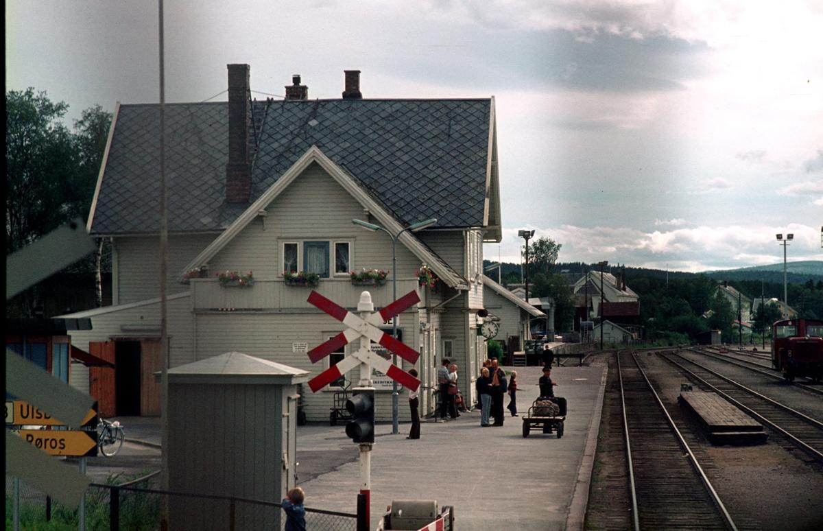 Dagtoget Trondheim - Oslo Ø over Røros kjører inn på Tynset stasjon, fotografert fra lokomotiv type Di 3.
