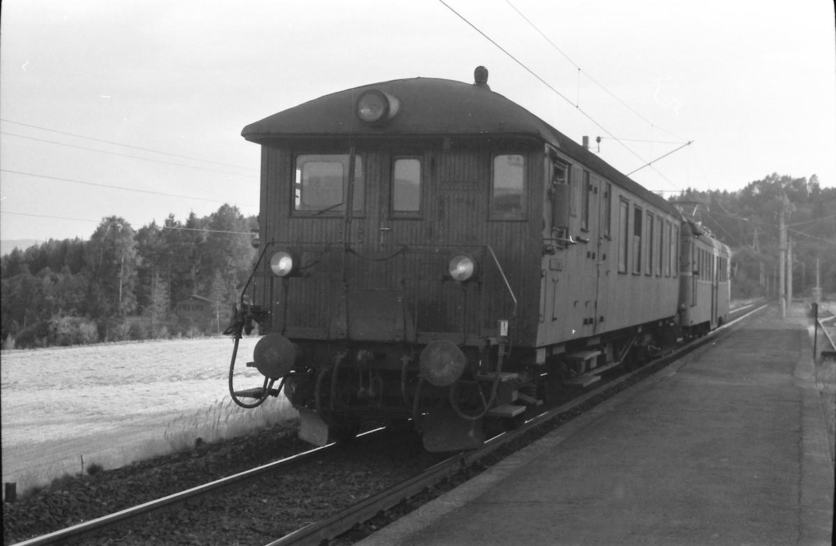 Persontog Bø - Nordagutu stopper på Akkerhaugen holdeplass. Styrevong BFS 65 og motorvogn BM 67.