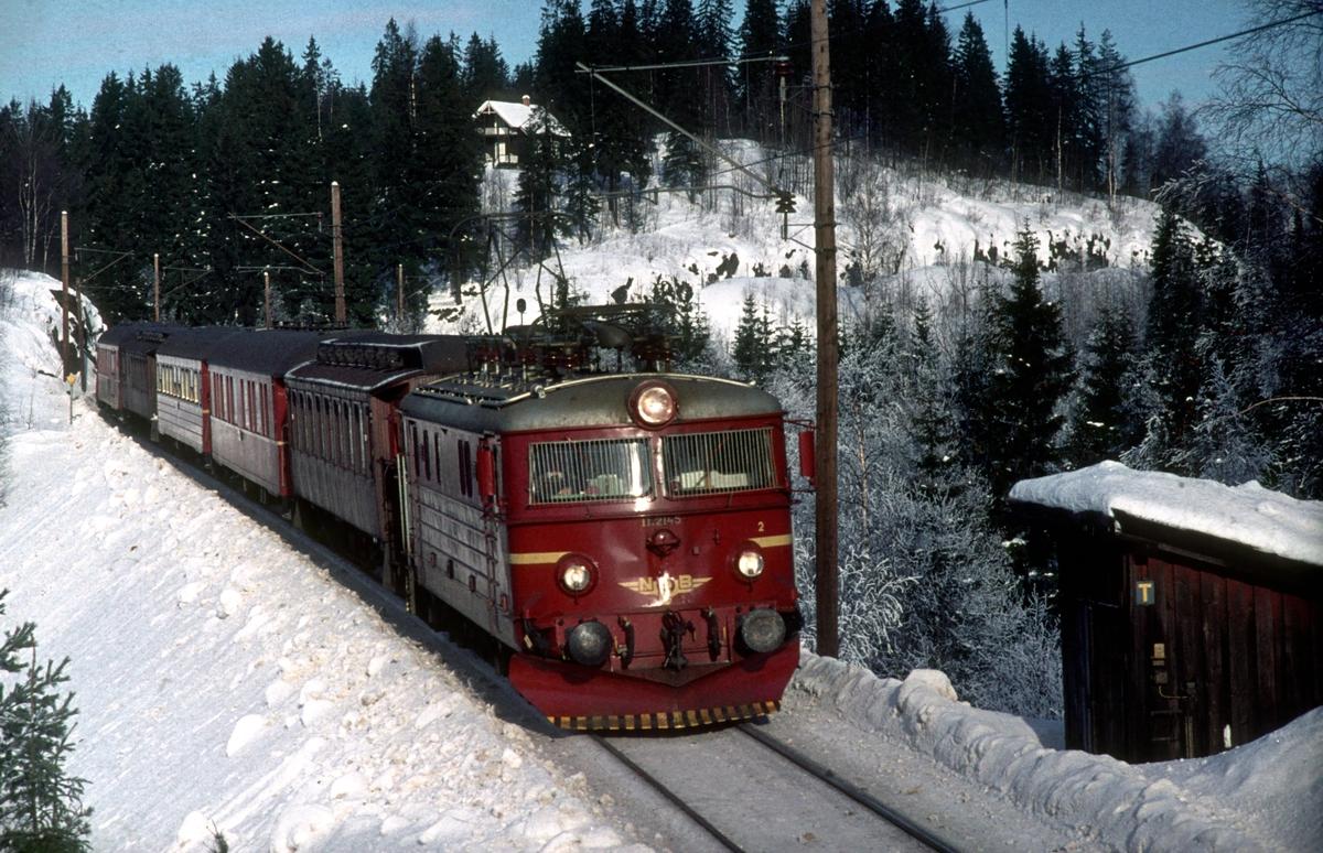 Tog 284, Fagernes - Oslo Ø, første fire vogner Gjøvik - Oslo Ø med El 11 2145.