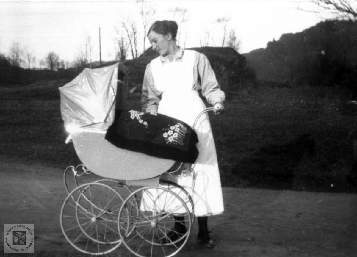 Hanna Nome med barnevogn i ca 1927