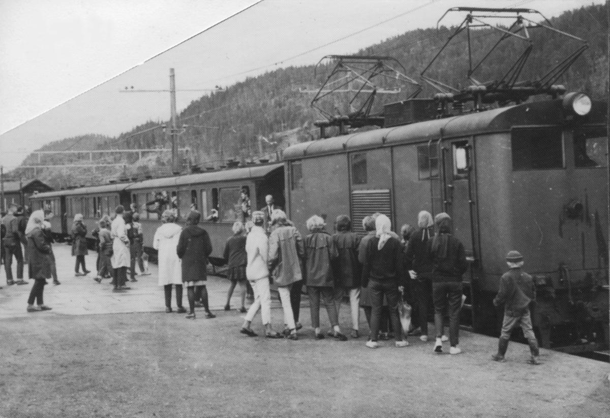 Siste persontog på Thamshavnbanen på Løkken stasjon.