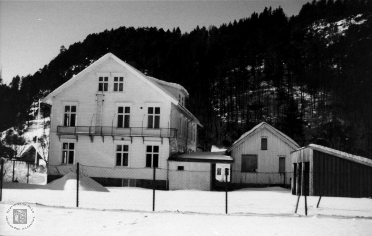 Øyslebø barneskole og kommunehus