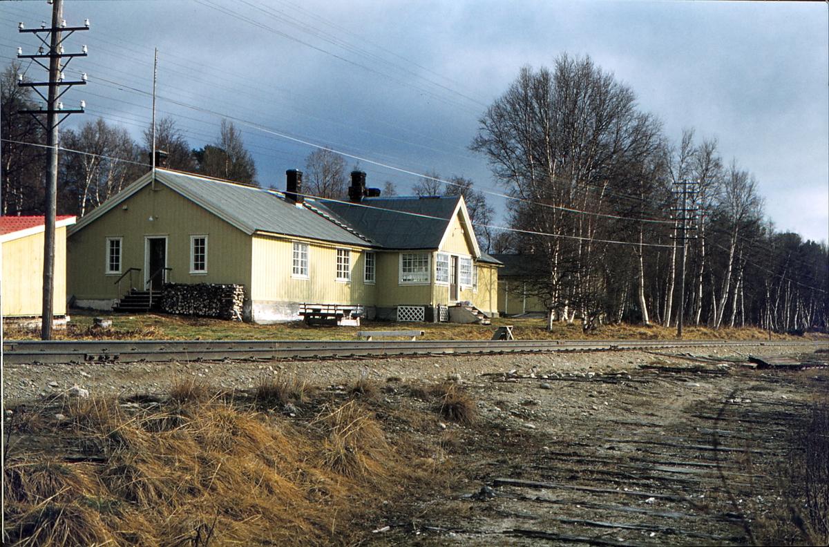 Havsjøen holdeplass. Sidespor.  Feriebolig for jernbanepersonale. Havsjøen sagbruk, tilhørende Norges Statsbaner (NSB) lå her.