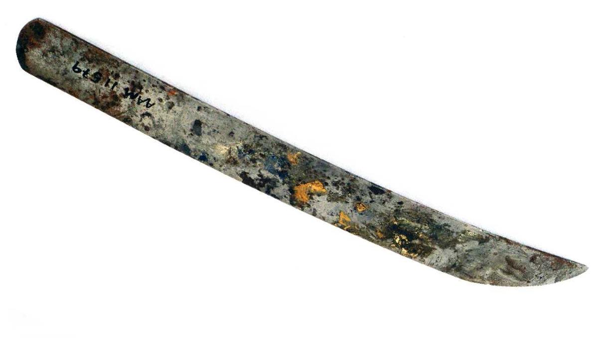 SkomakerverktøySkomakerkniv  med buet spiss, uten lær eller annet handtak.