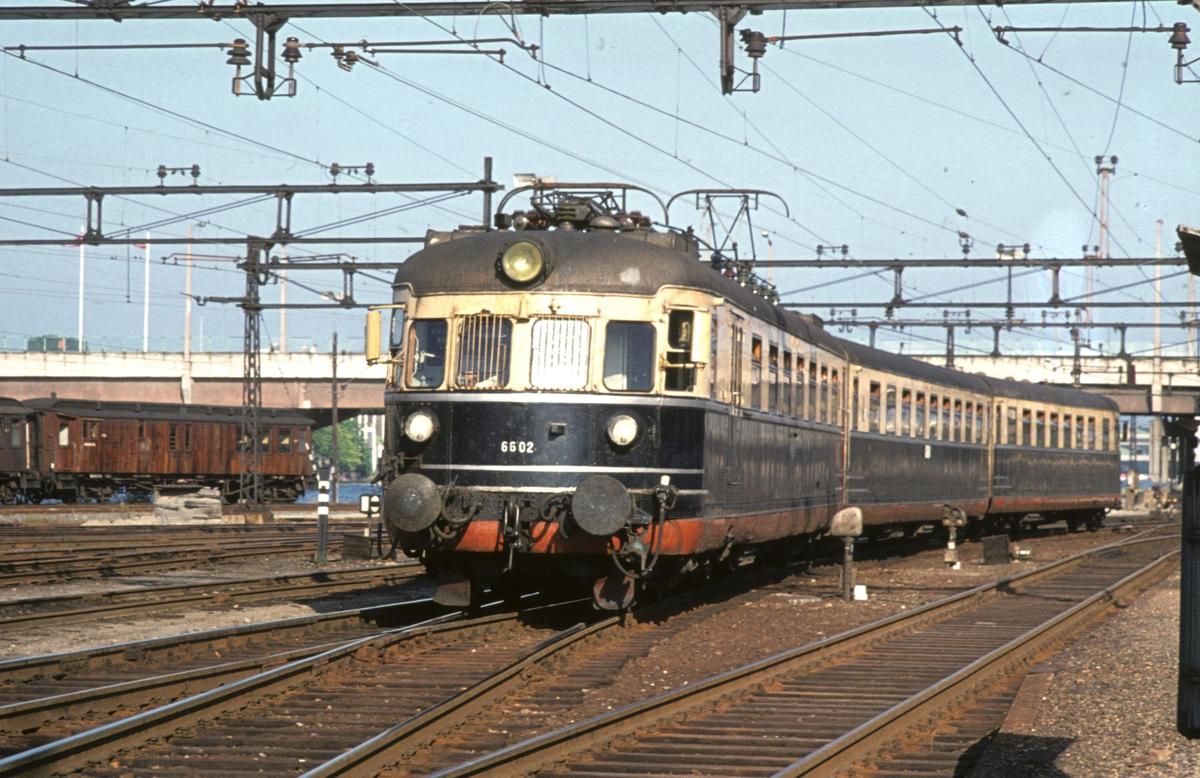 Hurtigtog 811 Oslo V - Larvik kjører ut fra Drammen stasjon. NSB elektrisk ekspresstog type 66. Motorvogn BM 66 02.