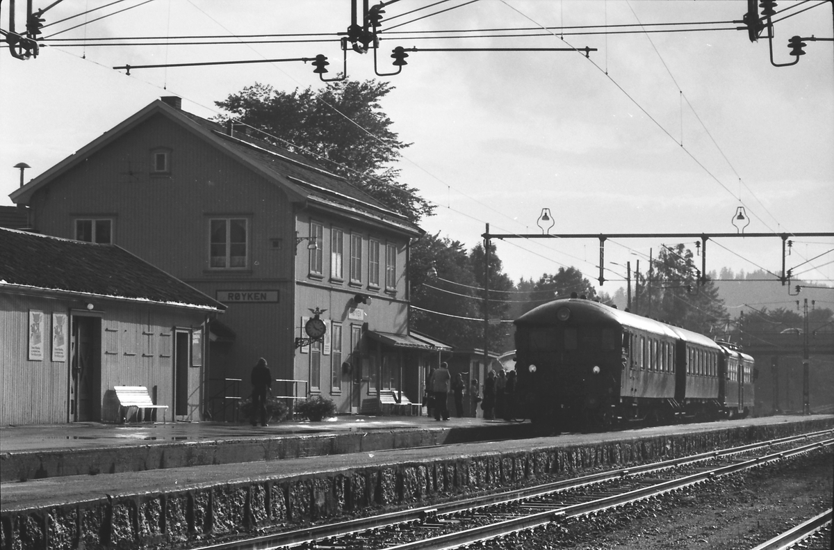 Lokaltog på Røyken stasjon. NSB elektrisk motorvognsett type 65. Motorvogn BM65C 39.