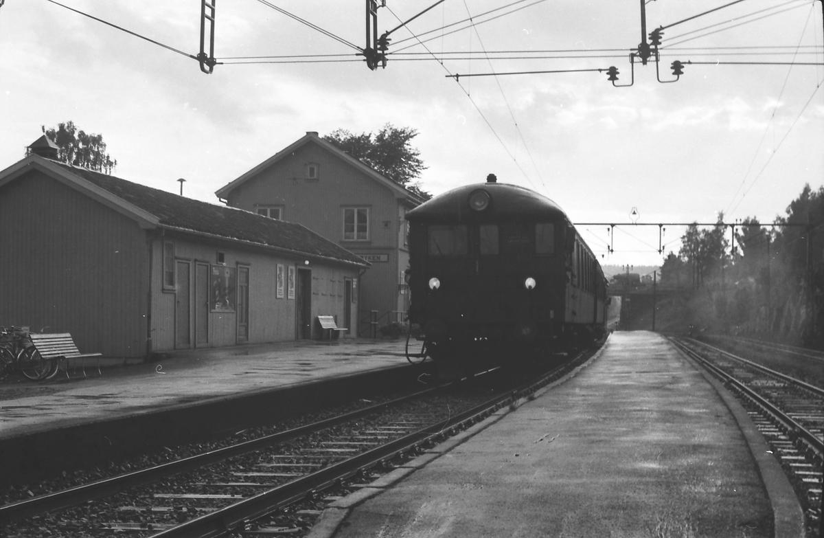 Lokaltog på Røyken stasjon. NSB elektrisk motorvognsett type 65. BFS 65.