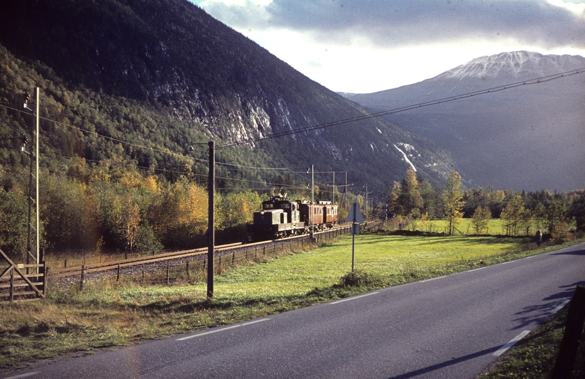 Rjukanbanen. Rjb elektrisk lokomotiv nr. 9 med ekstratog for Norsk Jernbaneklubb. Gaustadtoppen i bakgrunnen.