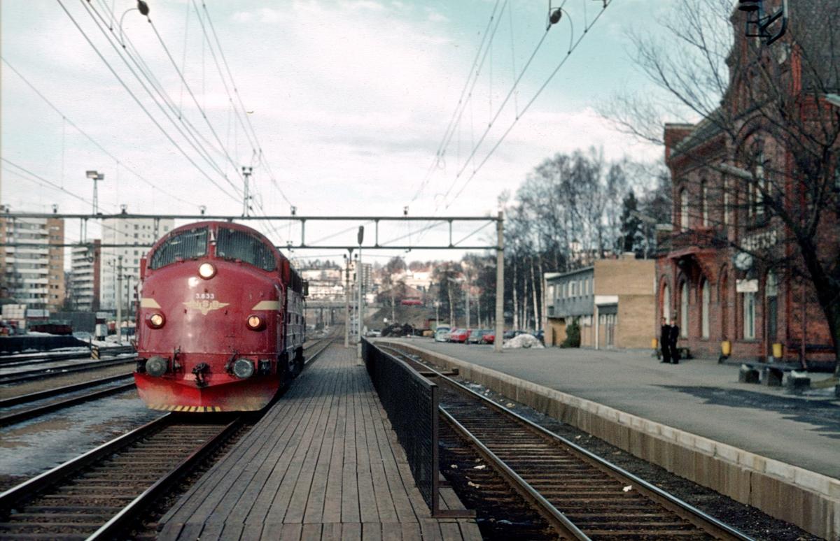 Grefsen stasjon. Løslokomotiv fra Eina (Valdresbanen) passerer på vei til Oslo Ø og Hamar.