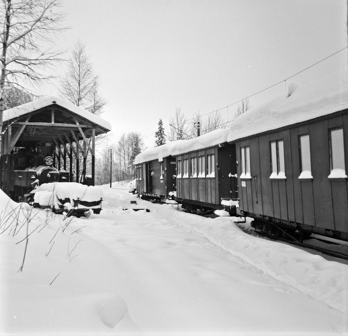 Hensatte personvogner på Bingsfoss stasjon.