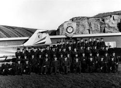 """Militært personell. Gruppefoto av menn foran """"emblem"""" 331 sk"""