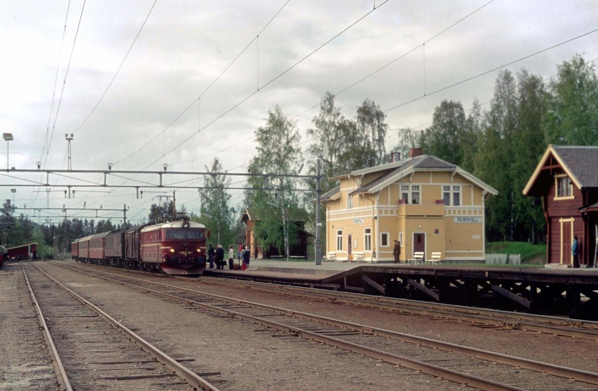 Reinsvoll stasjon. Persontog 208 Gjøvik - Oslo Ø kjører inn i spor 2. NSB elektrisk lokomotiv type El 11, siste serie (2145-2150).