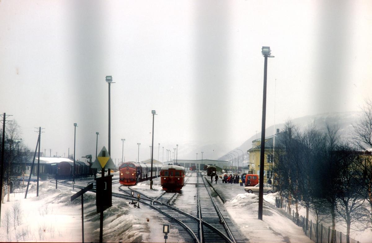 Dagtoget Trondheim - Bodø, Ht 451, kjører inn på Mosjøen stasjon. Kryssing med tog 452.