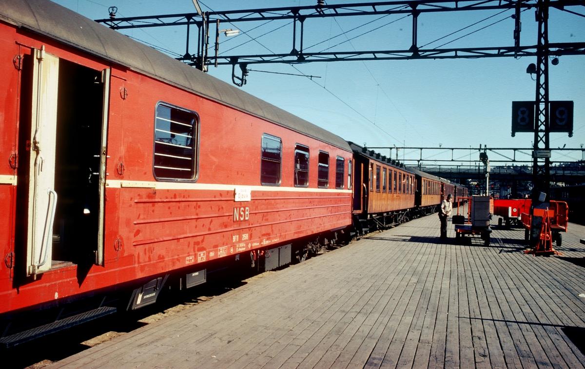 Persontog 207 til Gjøvik i spor 8 på Oslo Ø.