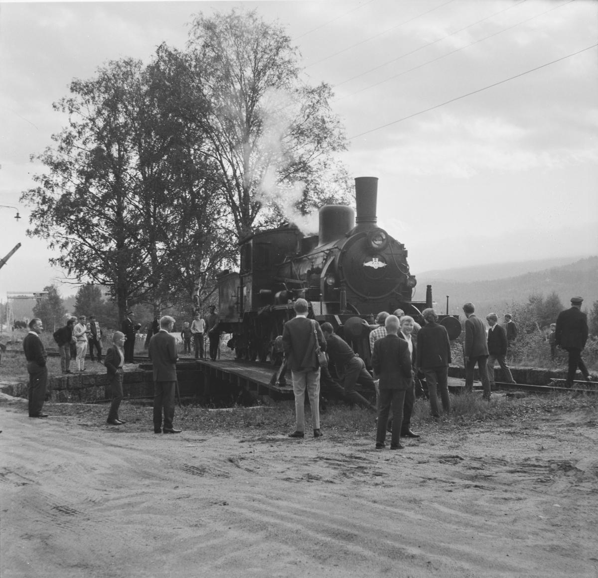 A/L Hølandsbanens veterantog har ankommet Krøderen stasjon. Damplok 18c 245 snus på svingskiven.