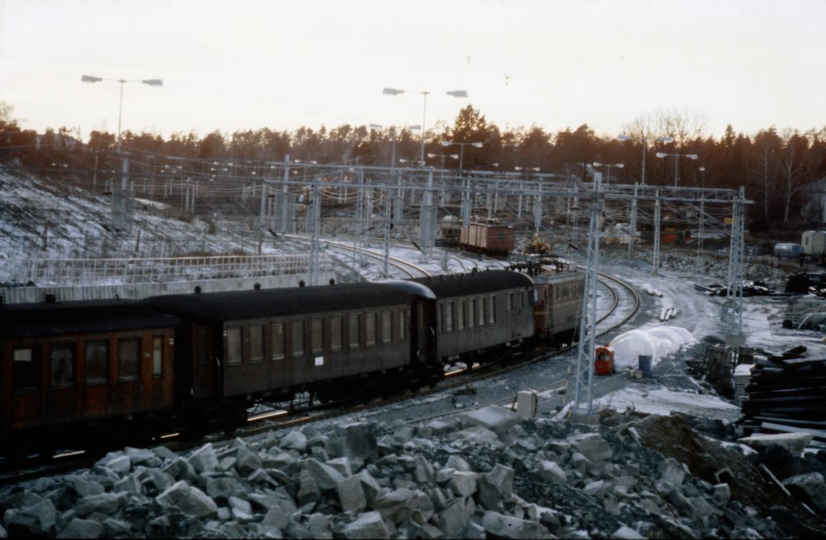 Ny snustasjon på Skøyen ved Bestun under bygging. Arbeidet har kommet så langt at togene her kjører på den nye banen.