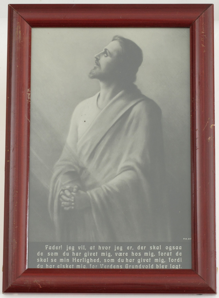 Jesus med oppadvendt ansikt og foldede hender.