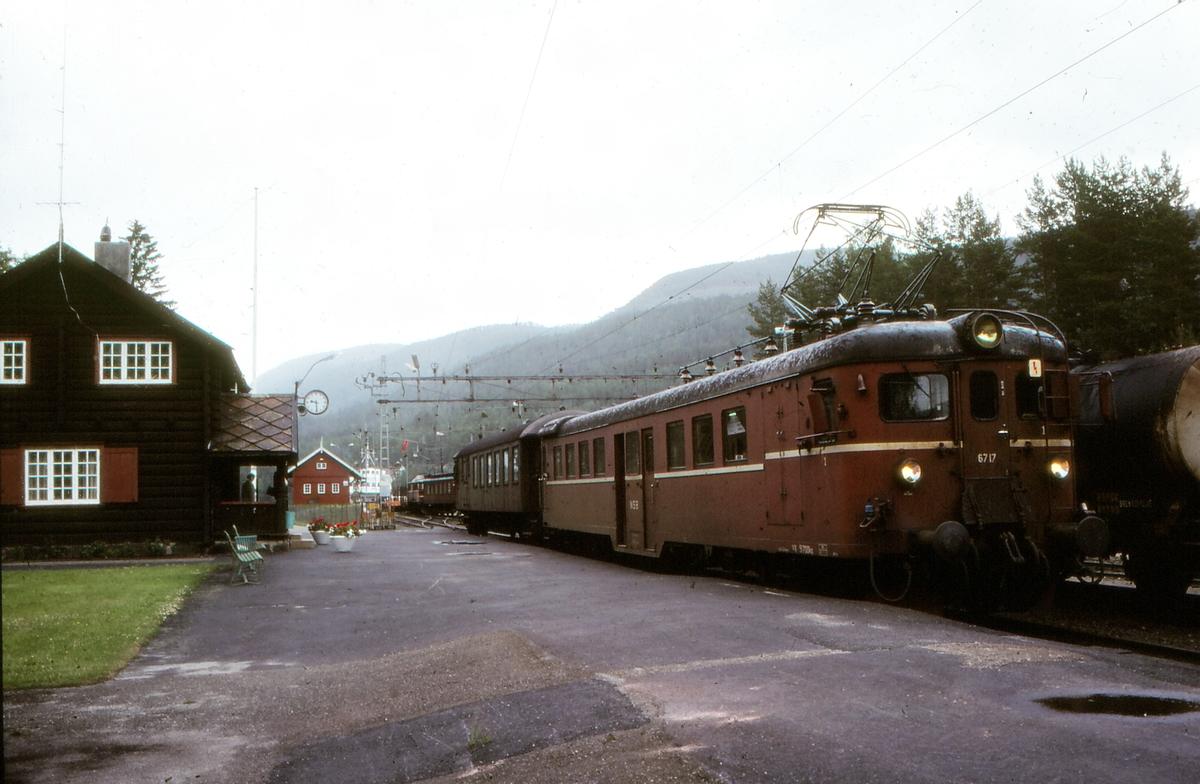 Persontog på Tinnoset stasjon med motorvogn BM67 17 og styrevogn type BFS 65. I bakgrunnen holder en El 8 på med fergeskiftingen.