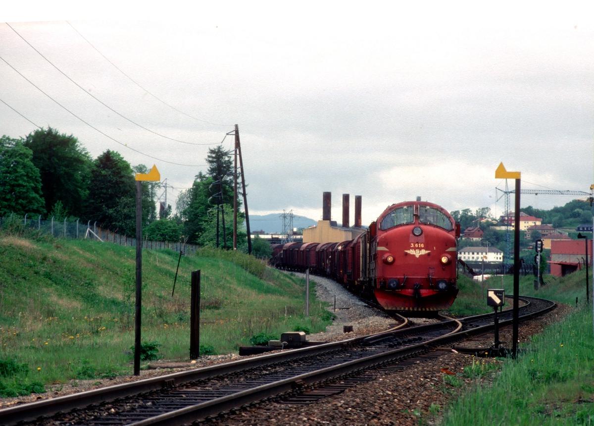 Godstog 5793 Trondheim - Bodø kjører inn på Leangen stasjon  og Meråkerbanen fra Stavne-Leangenbanen. NSB dieselelektrisk lokomotiv Di 3 616.