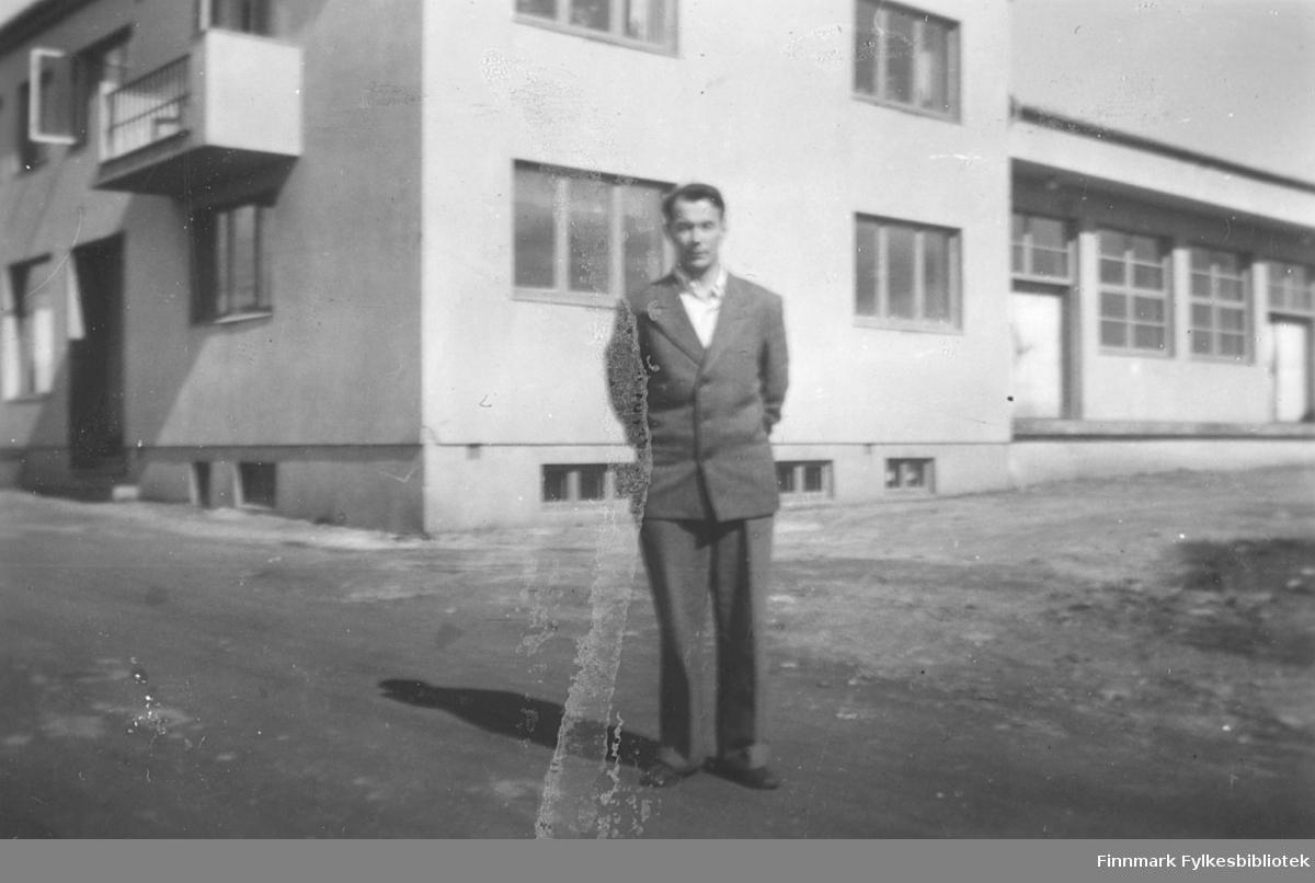 Richard Korbi fotografert foran det nye meieriet i Vadsø ca. 1950. Han var ansatt på meieriet i mange år