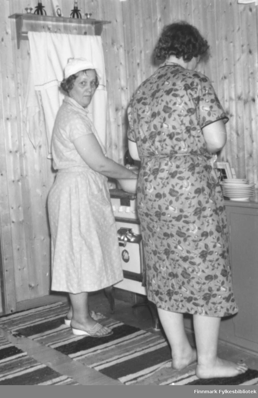 På kjøkkenet i hytta til Erling og Dagfryd Jørgensen. Fra venstre: Dagfryd Jørgensen og Ragnhild Ebeltoft