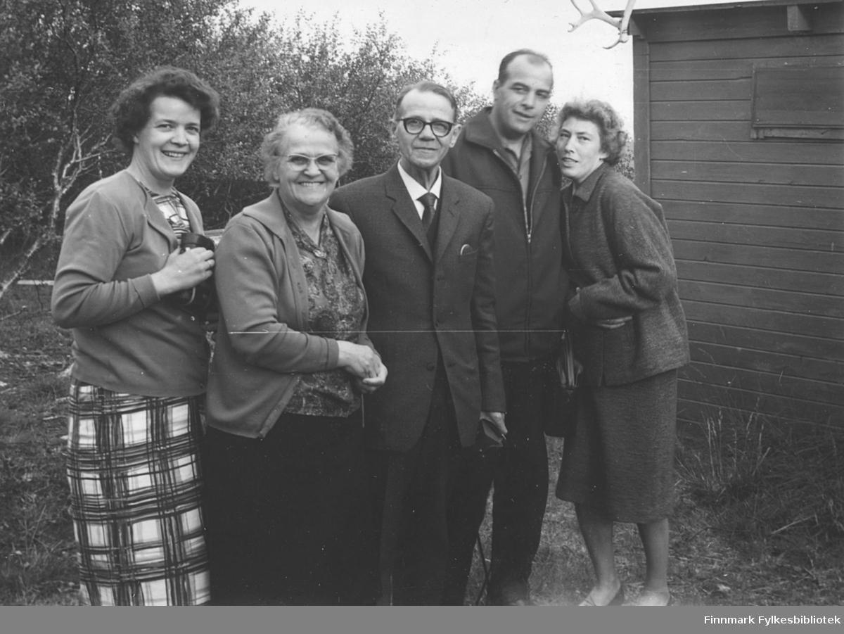 Ved familien Kvams hytte i Fossen, ca. 1962. Fra venstre: Ragnhild Ebeltoft, Svanhild Kvam, Bjarne Berg, Erling og Liv Kvam