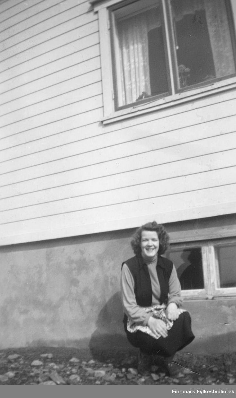 Ragnhild Ebeltoft utenfor familiens hus i Fosseveien, ca. 1955?
