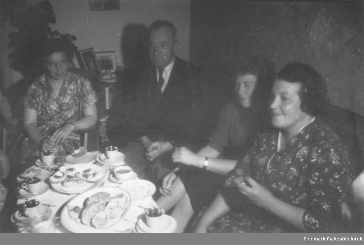 Kaffeslabberas. Fra venstre: Anna Malinen?, Halfdan Kvam, Liv Kvam og Svanhild Kvam