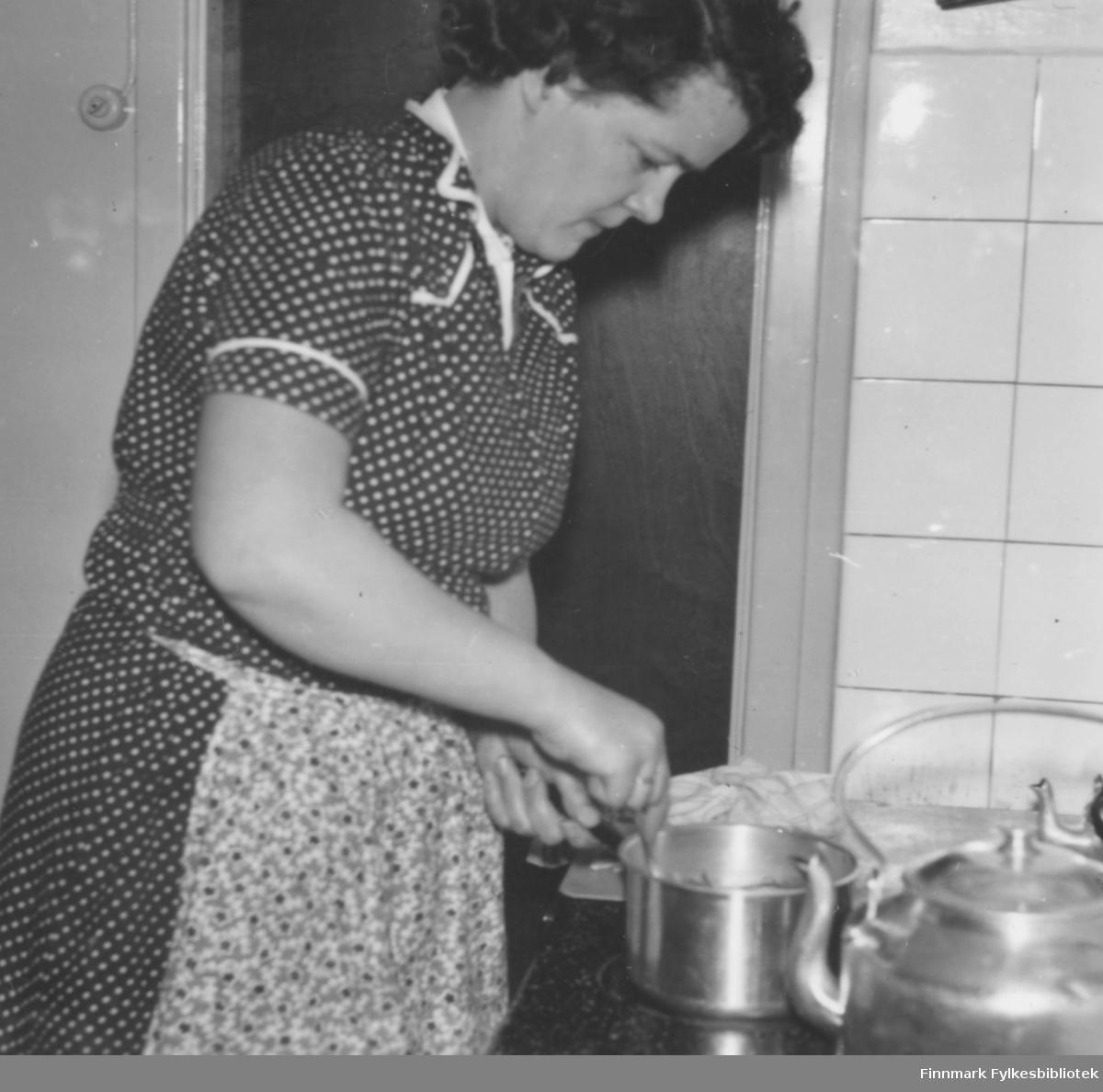 Ragnhild Ebeltoft lager mat ved komfyren