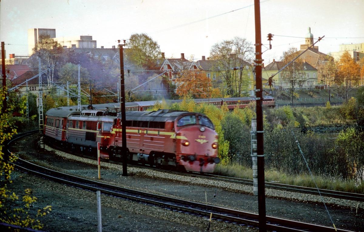 Marienborg stasjon. Ekspresstog 44 Trondheim - Oslo passerer med ekstra forspann og hjelpelokomotiv type Di 3. På grunn av strømutkobling ble togene denne dagen kjørt med diesellok foran og bak mellom Trondheim og Heimdal.