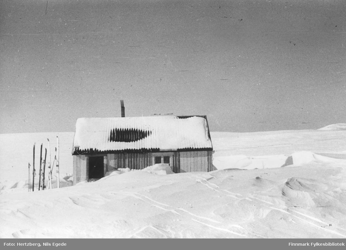 Våren 1948 ble det foretatt en befaring Vadsø - Smalfjord - Sjursjok - Ifjord - Bekkarfjord - Hopseidet - Mehamn - Kjøllefjord - Vadsø. Med på turen var Nils. E. Hertzberg, Johannes Foslund, Godtfred Karlsen. Se bildene 313-324. Kafferasten blir tatt inne i Telegrafhytta.