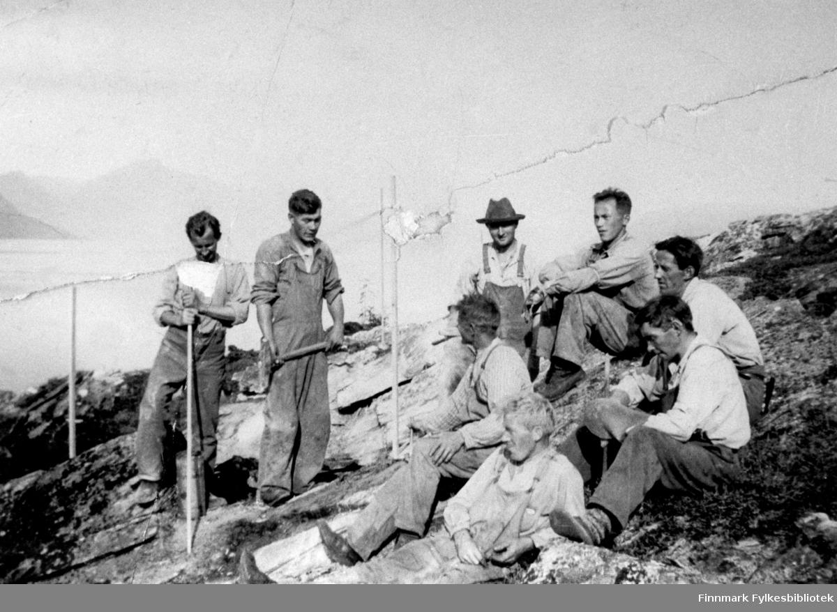 Et arbeidslag i Korsfjorden. Man ser to menn som står og seks som sitter. Ytterst til høyre sitter Håkon Rapp