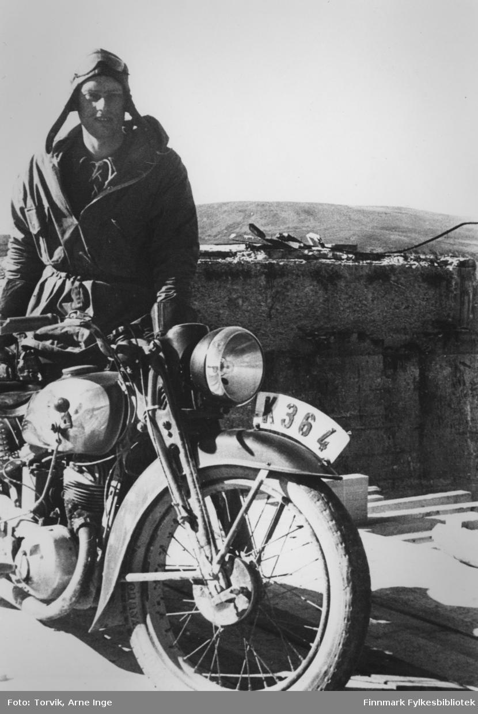 Oppsynsmann Erling Brennevand med motorsykkel. Han var stasjonert i Sjursjokk