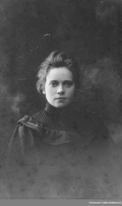 Portrett av en ukjent ung kvinne. Hun er kledt i en mørk kjole eller bluse