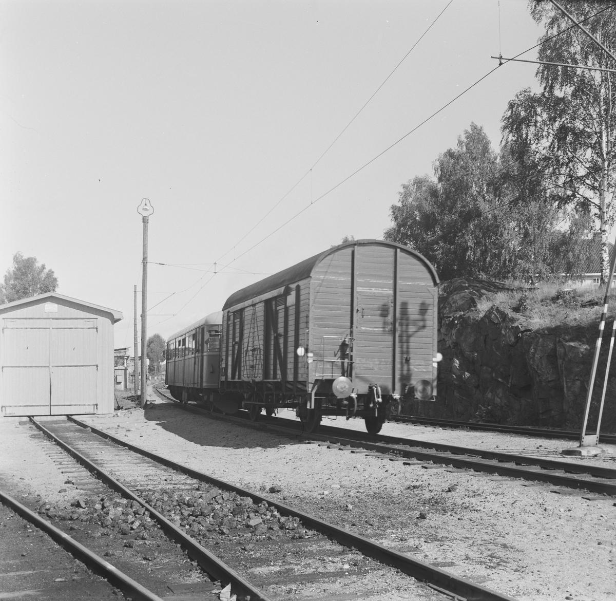 Persontog til Rødberg kjører ut fra Kongsberg stasjon.