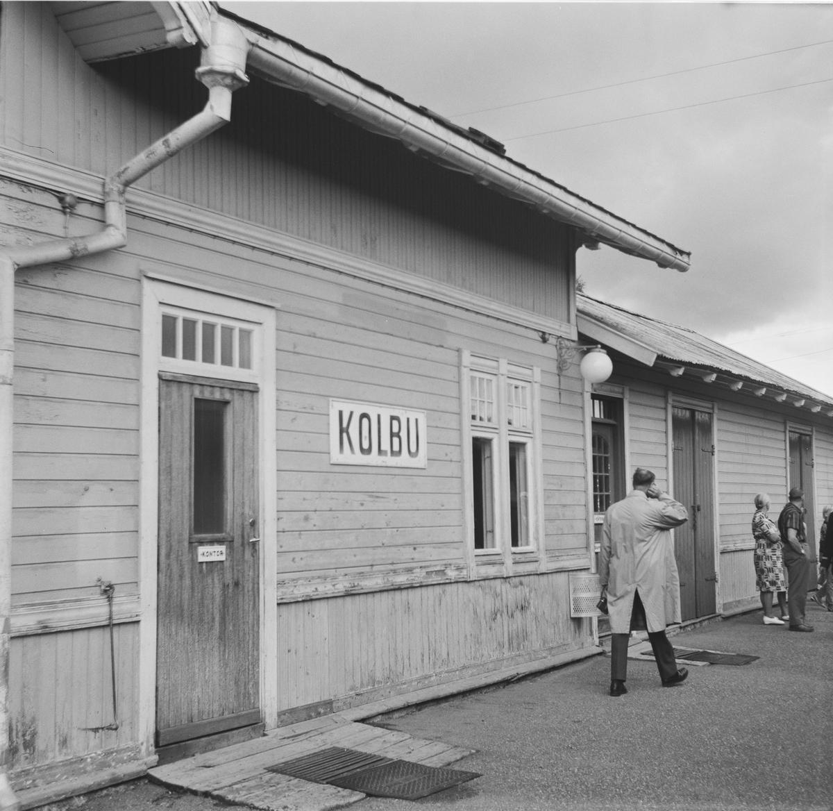 Kolbu stoppested på Skreiabanen . Utsikt fra kupevinduet ombord i A/L Hølandsbanens veterantog fra Eina til Skreia.
