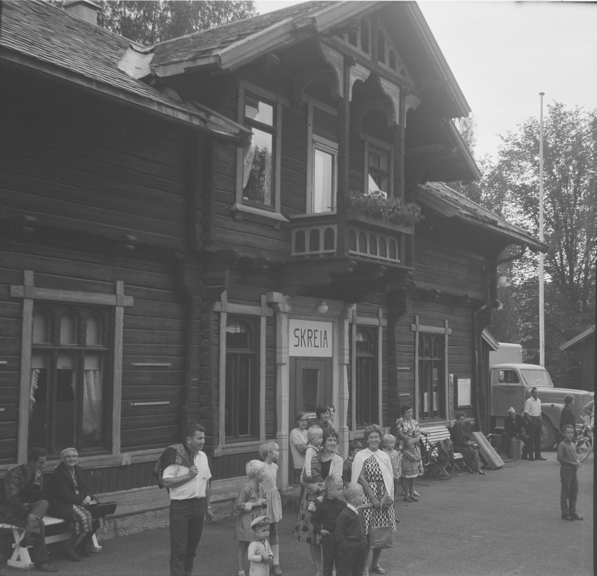 Skreia stasjon. A/L Hølandsbanens veterantog Eina-Skreia har nettopp ankommet.