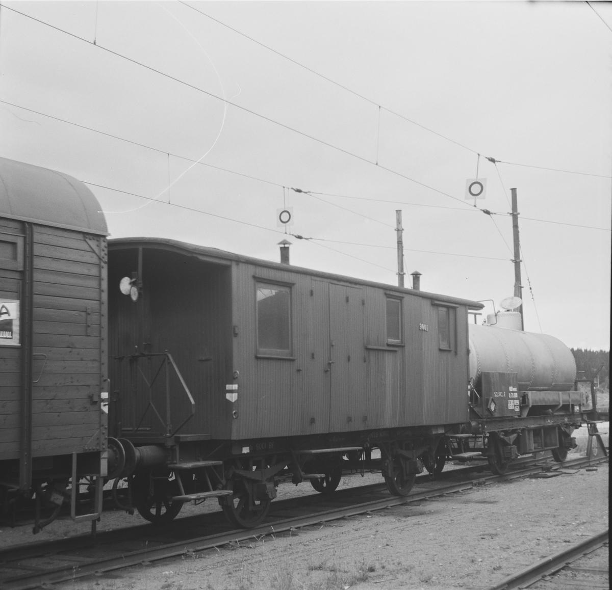Konduktør- og 2. kl. vogn BF 9001 på Eina stasjon.