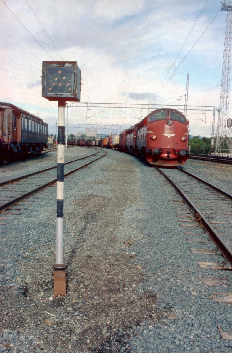 Godstog 5793 til Bodø får A-signal på Marienborg stasjon. Toget skal kjøre ut over Stavne - Leangenbanen.