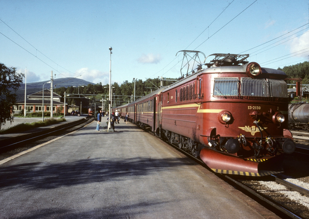 Ekspresstog 44, Trondheim - Oslo, med  El 13 2159 på Dombås stasjon.