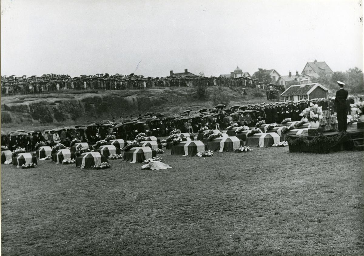 ULVEN - olyckan 1943. Begravningen. Marinpastor Uno Eklund håller betraktelse i anslutning till jordfästningen.