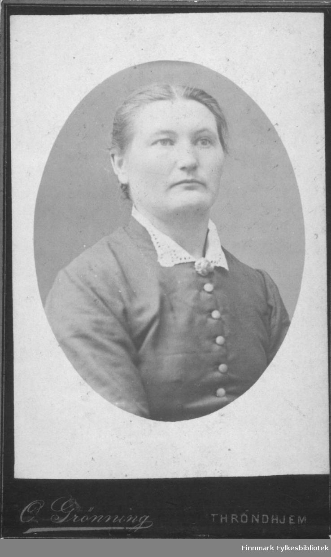 Portrett av ei dame hvit skjorte og knappa jakke  Albumet med bildet kommer fra Ekkerøy, kanskje han kommer derfra.