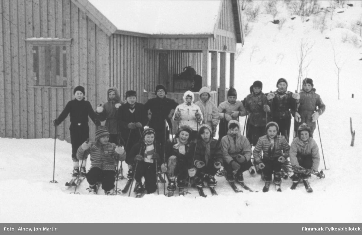 Skoletur vinteren 1955 til bedriften Njords hytte i Vassdalsbotn. Dette er 5. klasse ved Øksfjord barneskole