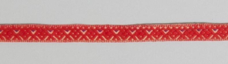Kjolsäck till dräkt för kvinna från Bjursås socken, Dalarna. Modell med avskuret framstycke. Tillverkad av svart ylletyg, vadmal, med broderi utfört med rött ullgarn och (troligen) silkegarn i flera färger: Motiv: centralt placerad större blomma från vilken bågformar utgår, på sidorna parvis tre andra blomformer. Konturer i kedjesöm, utfyllnader i flätsöm och sticksöm. På överstycket två rader flätsöm på höger sida. Framstycket fodrat med fabrikstillverkat vitt linnetyg, tuskaft. Kantat runtom med diagonalvävt rött ylleband. Bakstycke av handvävt linnetyg, kypert. Midjeband handvävt, med plockat mönster av rött ullgarn på vit botten, en blå mönstertråd. Två hyskor och en hake av svart metall.