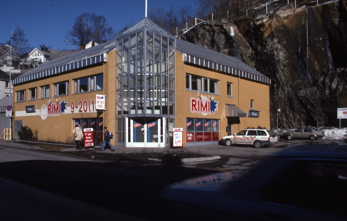 Forretningsgård i Blødekjær. I 1.etg. RIMI butikk, nyetablert 1986.
