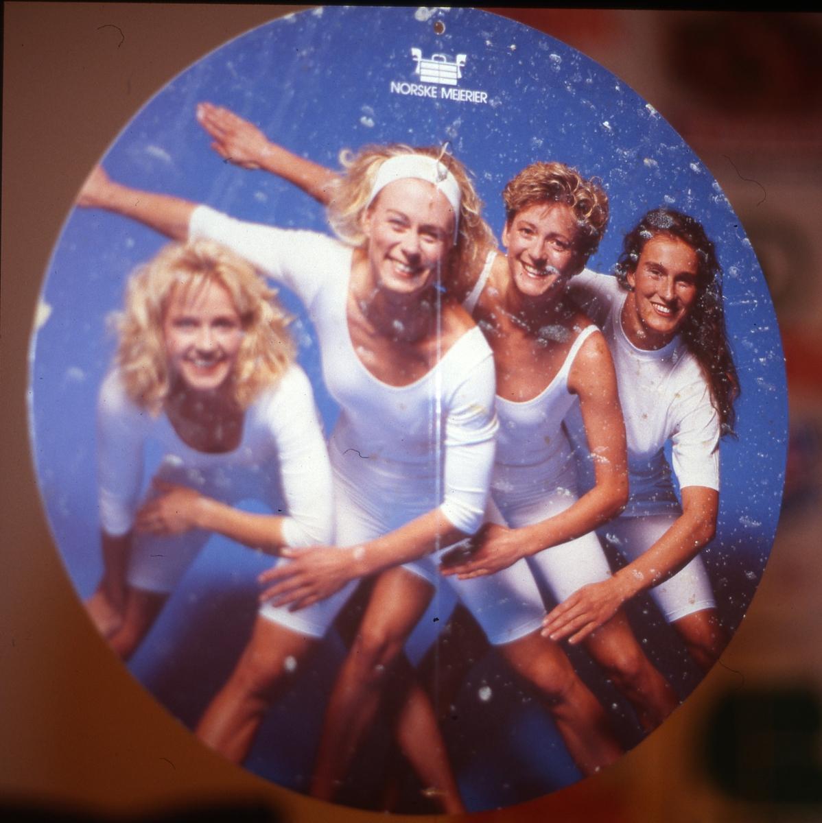 Butikkplakat med skijentene fra ca. 1982, sponset av Norske Meierier (Tine). Plakaten hang en periode foran alle norske melkedisker.