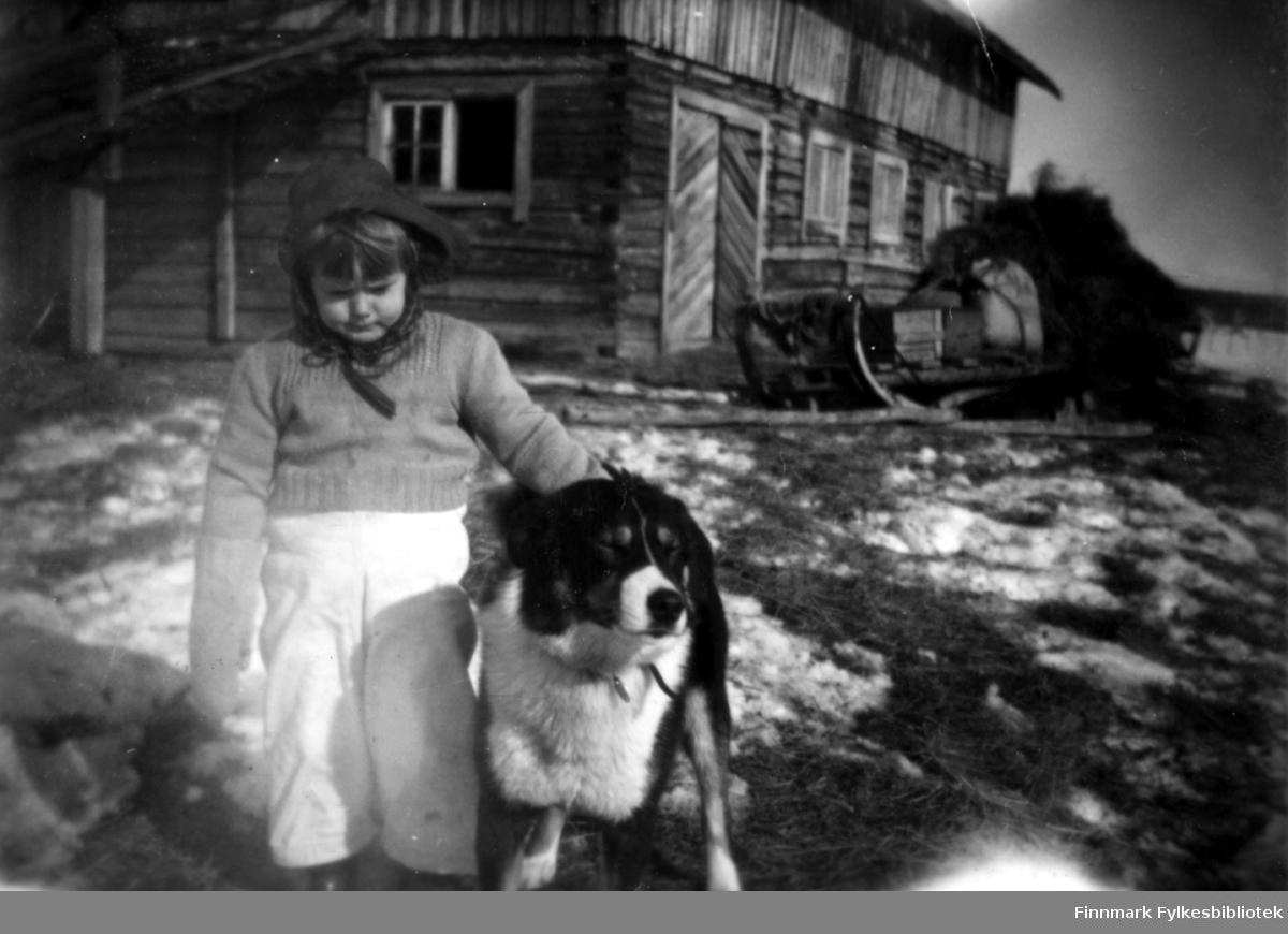 Edith Stenbakk med hunden Passopp fotografert på Stenbakk 1955.