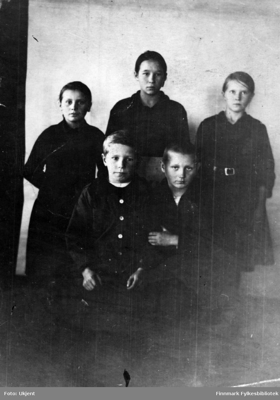 Gruppebilde  av skolebarn i Salmijärvi, Finland. Fra venstre: Pauliina Harju, Maria Rova, Helga Ranta, Jalmar Ranta og Johan Harju. Ca. 1923. (sendt som postkort til Rova Juliana Ranta)