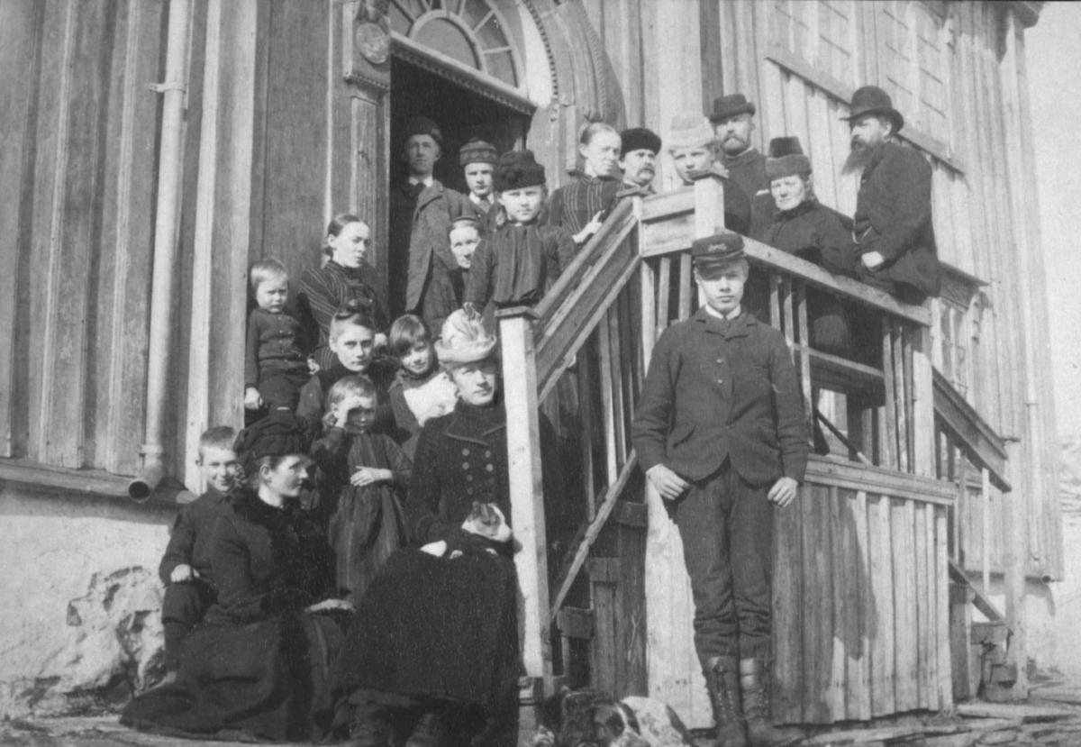 En stor gruppe mennesker fotografert på en trapp. Vi vet ikke hvem noen av personene er, men det er både voksne og barn i gruppa